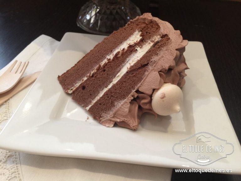 Yo al final decoré con los suspirinhos, pero podéis hacerlos vosotros, es merengue horneado, o podéis poner una guinda, o una nuez en cada dibujo echo con la manga en la parte superior de la tarta.