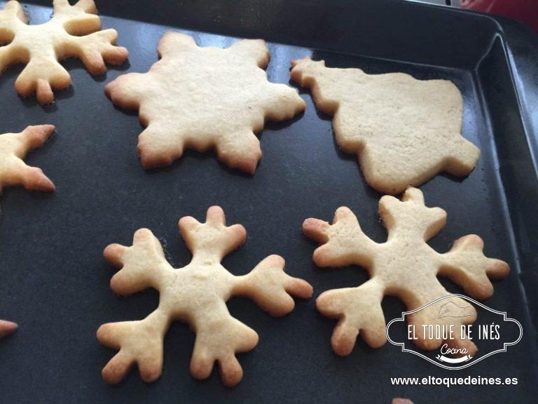 Precalentamos el horno a 180ºC y metemos la bandeja de galletas, aproximadamente 12 minutos, cuando los bordes estén tostados ya estarán listas.