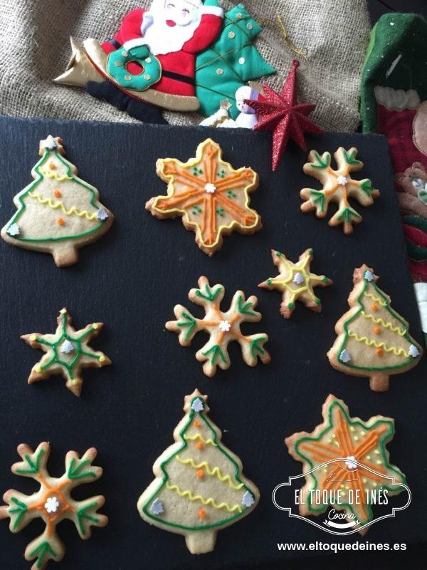 Cuando las galletas estén completamente frías podemos decorarlas a nuestro gusto.