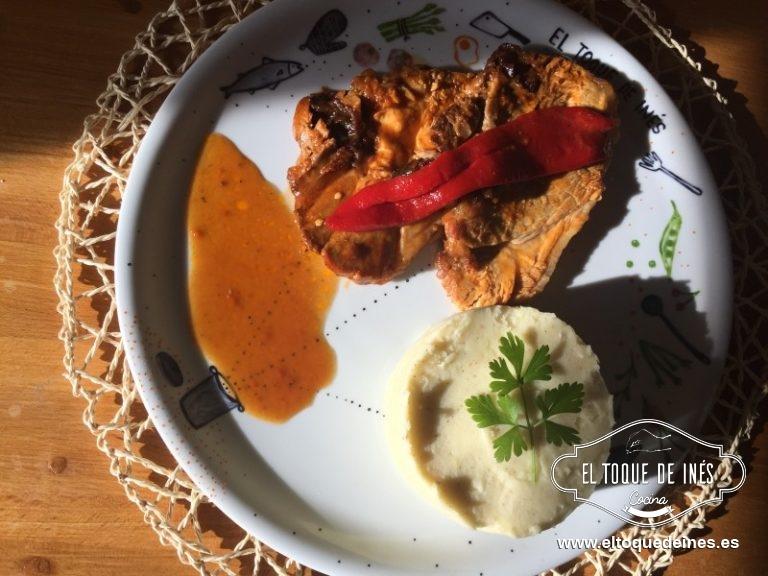 Vertemos la salsa en una salsera y servir con la carne fileteada y acompañarla de puré de patata.