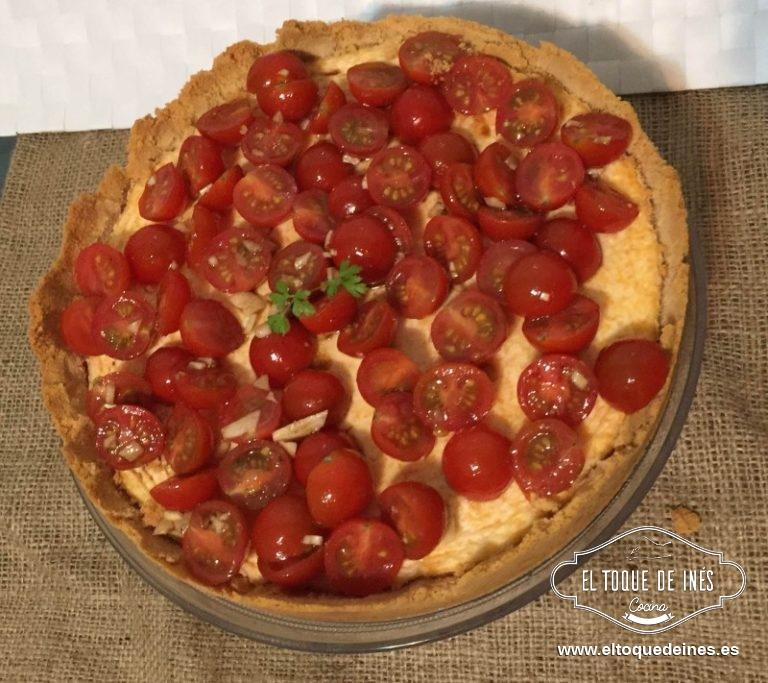 Ponemos en un bol los tomates, el aceite, el vinagre, el diente de ajo machacado, 1 pizca de saly y una pizca de pimienta, mezclar bien y echar encima de la tarta de queso.