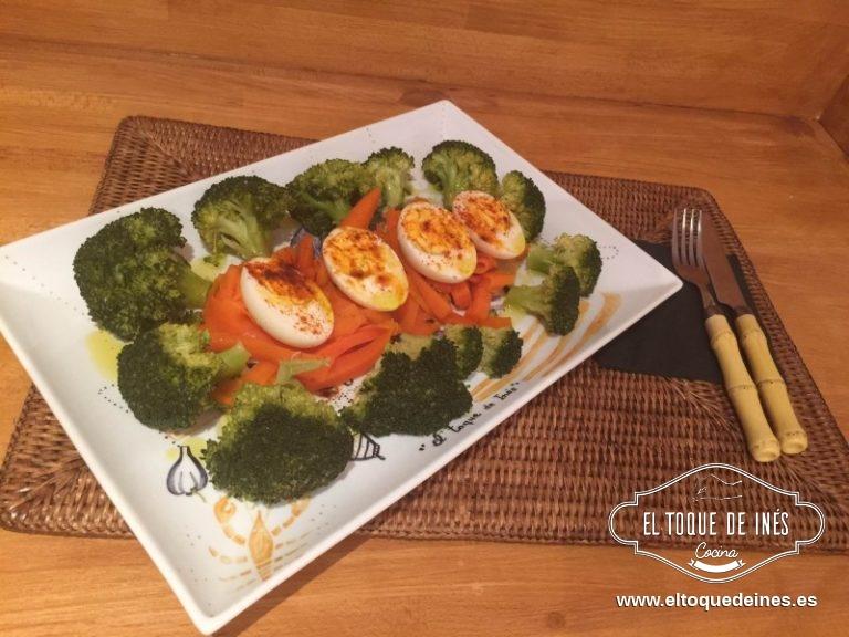 Una vez finalizado pelamos los huevos, emplastamos junto con el brécol y las zanahorias, echamos la sal y un chorrito de aceite de oliva virgen extra y un poquito de pimentón dulce.