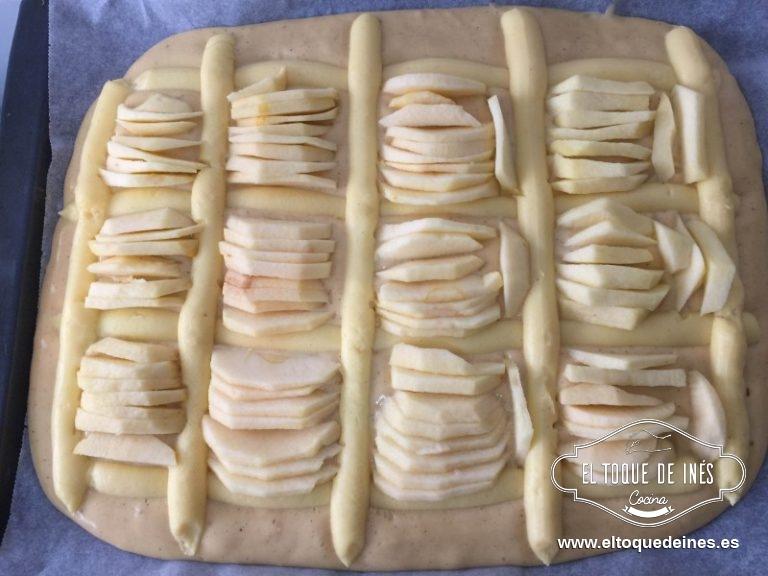 Sobre la superficie repartimos la crema pastelera ,en forma de rejilla y repartimos la manzana por los huecos que nos quedan.