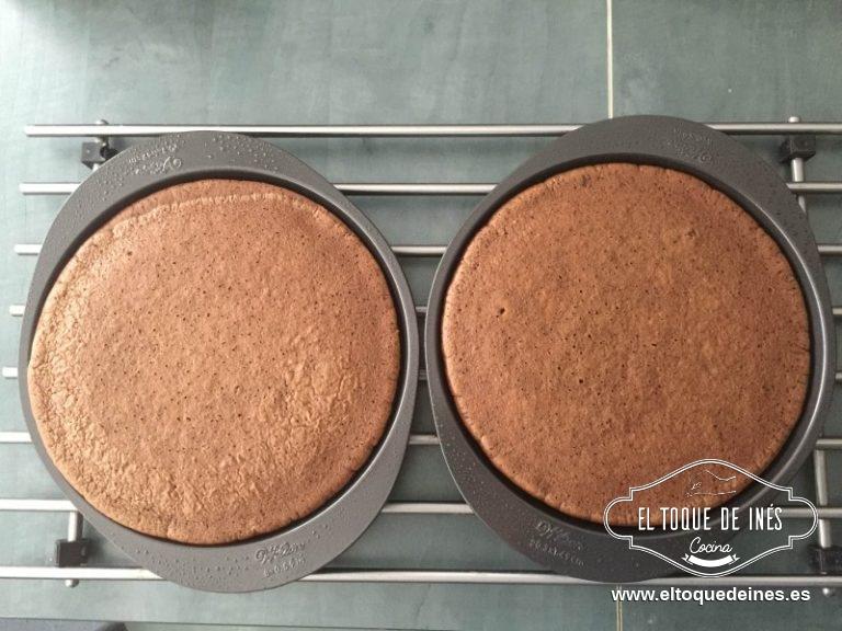 Repartimos la mezcla en nuestros moldecillos y horneamos unos 20 minutos, comprobar al terminar el tiempo que estén secos al pincharlos. Si hacéis un solo bizcocho le llevará como 35 min más o menos, pero comprobad que está antes de quitarlo del horno.