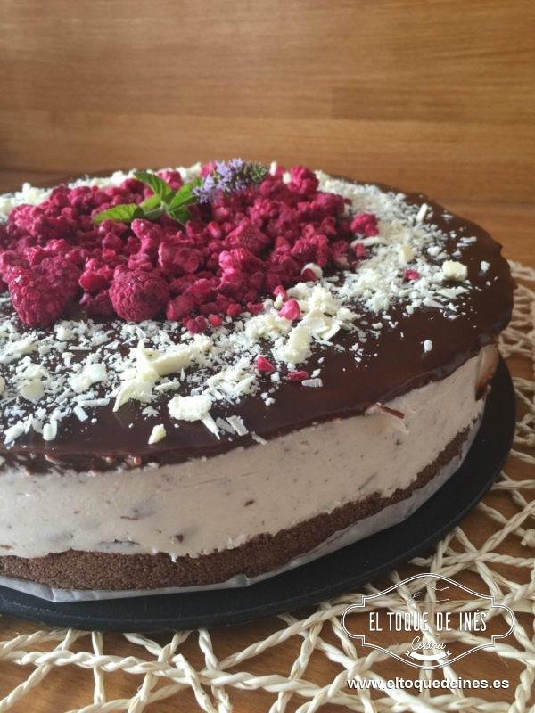 Desmoldamos nuestra tarta de tarta de stracciatella con cuidado...y lista para disfrutar!