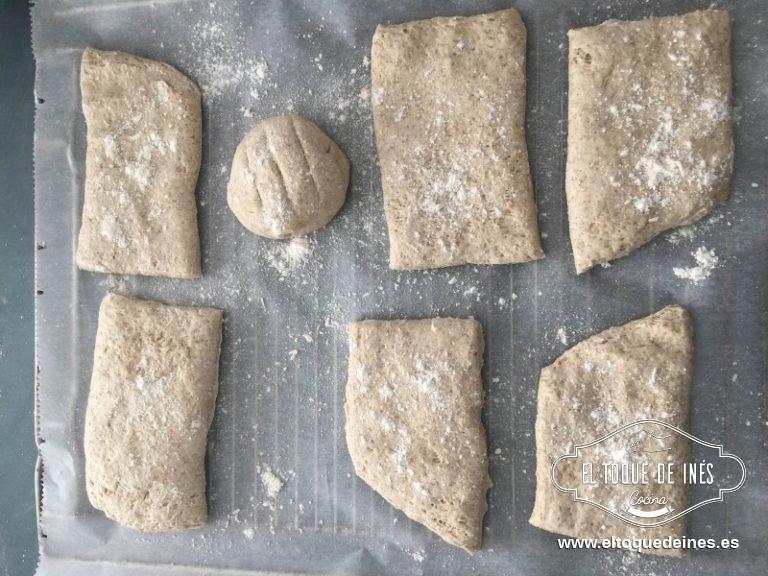 Cortamos en porciones cuadradas o rectangulares y vamos disponiendo sobre papel de horno en la bandeja.