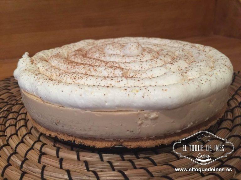 Una vez cuajada la tarta decoramos con la nata por encima y espolvoreamos con canela molida.