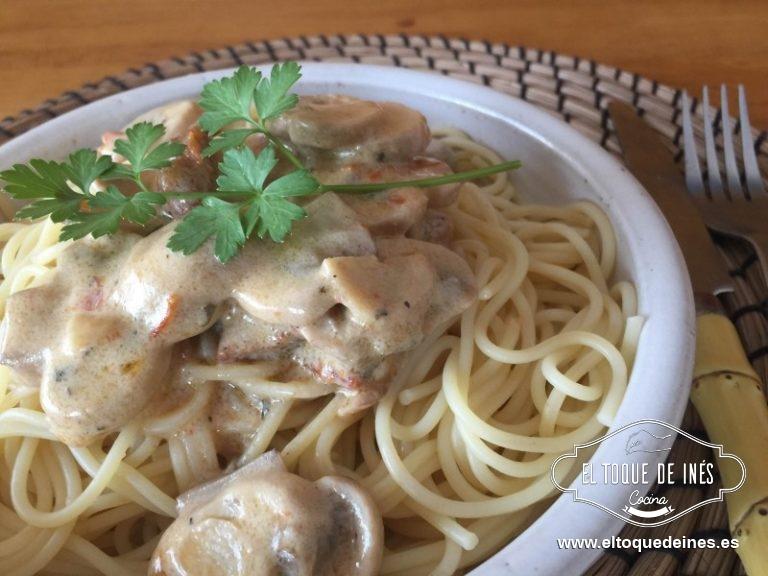Servir con la salsa por encima de champiñones ; espolvorear por encima un poco de perejil (opcional).