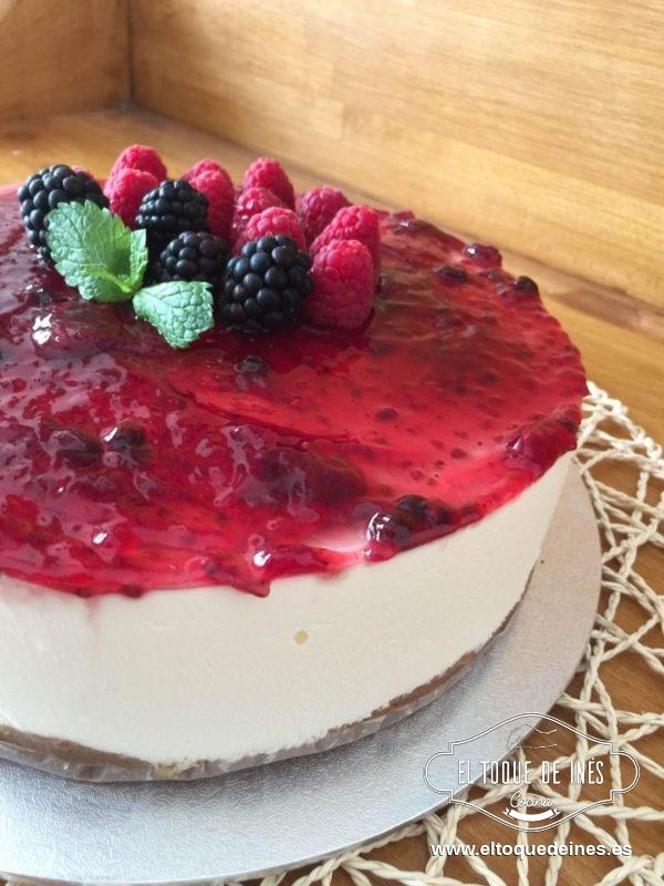 Una vez cuajado repartimos por encima la mermelada , yo usé de frutos rojos y decoramos como más nos guste.