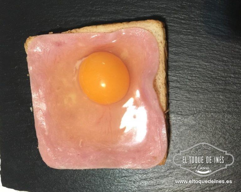 Echamos un huevo sobre cada loncha de jamón york.