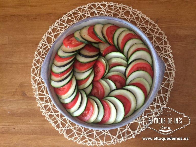 Vamos  alternando las rodajas, una de calabacín, berenjena y tomate, calabacín, berenjena y tomate... y así ha hasta terminar con la fuente.