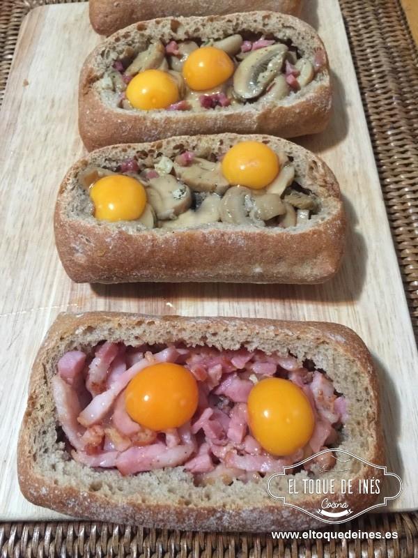 Rompemos los huevos de codorniz encima, dos en cada panecillo.