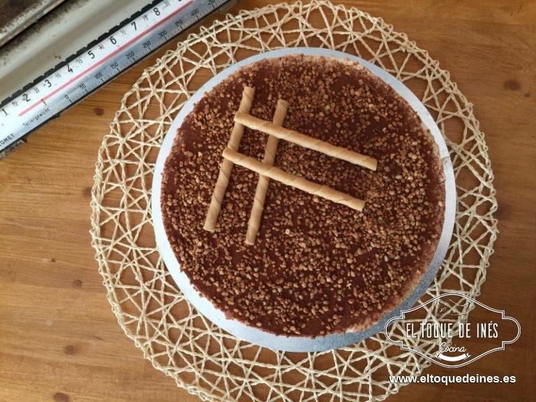 Una vez esté cuajada espolvoreamos el cacao por encima, decoramos con el granillo de almendra y colocamos un par de barquillos.