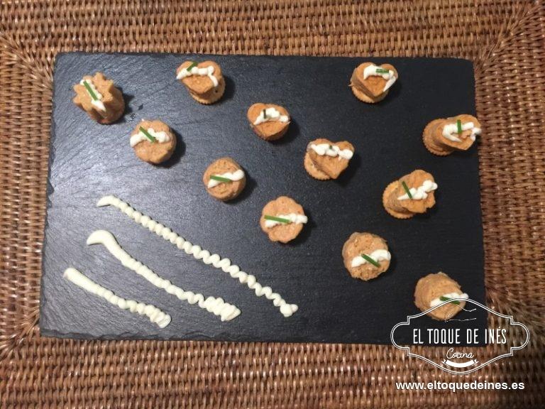 Desmoldamos los bombones, cada uno sobre una galletita salada, decoramos con un poquitín de mahonesa y cebollino picado.