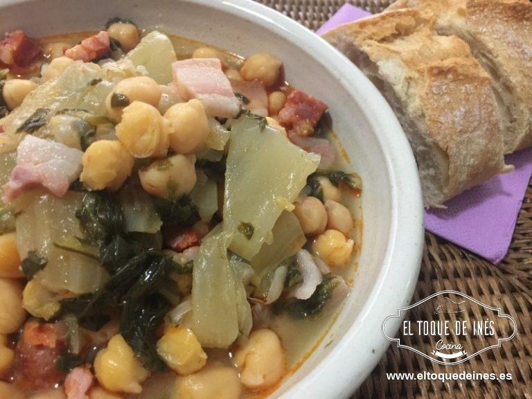 Cuando esté todo tierno incorporamos los garbanzos y la cucharadita de pimentón; cocinamos un par de minutos para que los garbanzos se integren bien y cojan todo el sabor.
