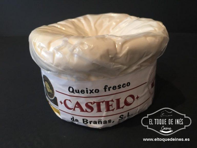 Vertemos sobre la masa pre horneada; colocamos encima los tomates cherry y repartimos a trocitos el queso por la superficie. (este es el queso)