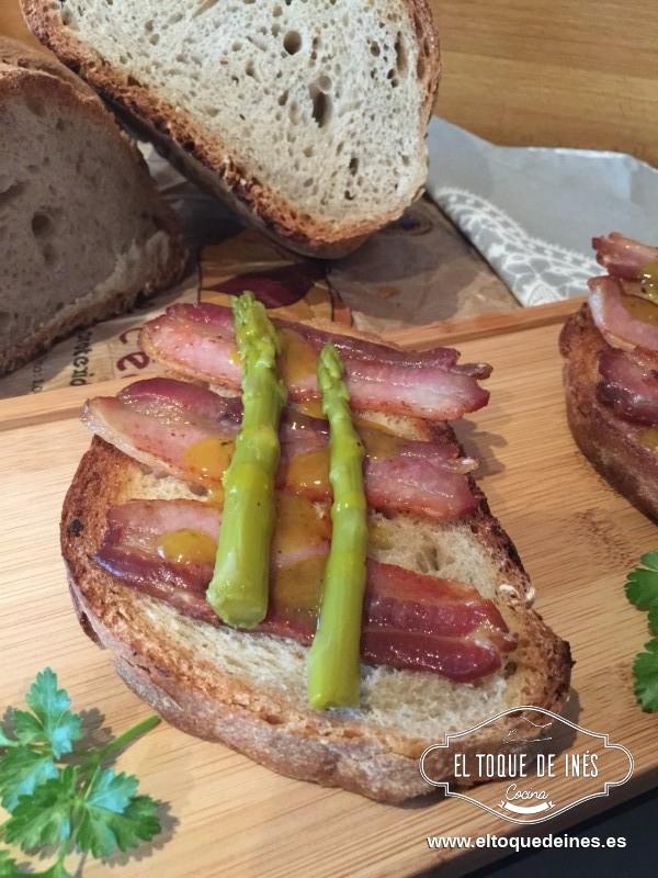 En cada plato vamos colocando una rebanada, encima la panceta, cubriendo con 2-3 espárragos y por encima una cucharadita de salsa de sidra.