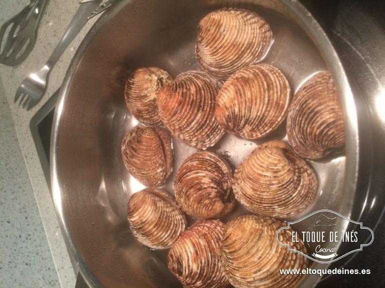 Puse en el fondo de una olla como un dedo y medio de agua y tan  pronto comience a hervir echar los moluscos; poner la tapa a la olla.