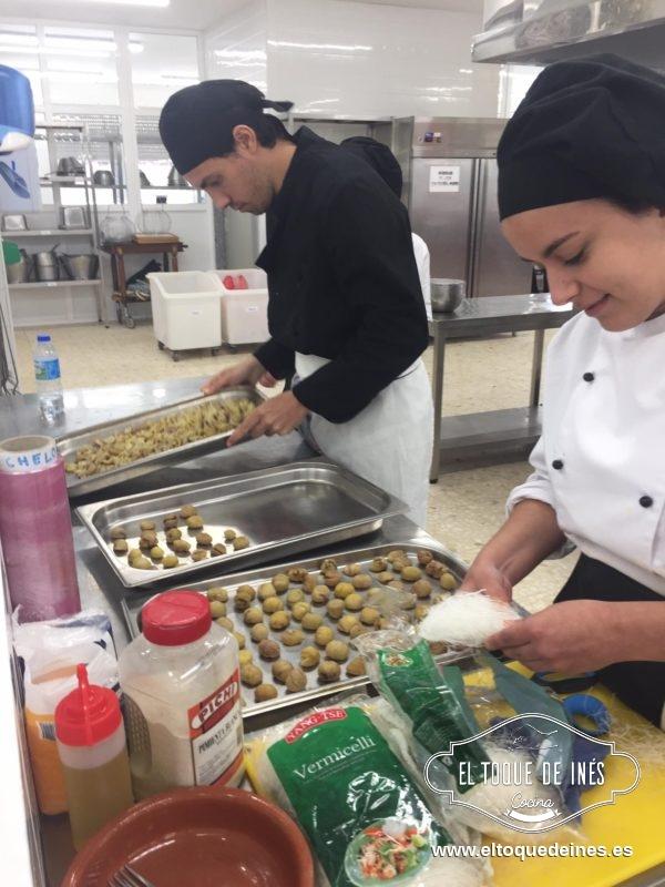 Allí pudimos ver cómo algunos alumnos preparaban la comida, otros los panes y otros los postres que luego no se invitaban a degustar.