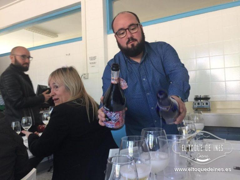 Pablo, antiguo alumno y hoy sumiller nos hizo una cata a ciegas de vinos...yo no soy muy entendida en vinos pero me encantaron todas sus explicaciones.