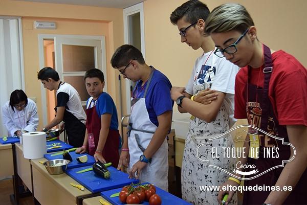 Clase de cocina, como usar los cuchillos, cortar de diferentes maneras verduras, saltearlas, hacer salchichas frescas, limpiar caballas y chipirones etc etc