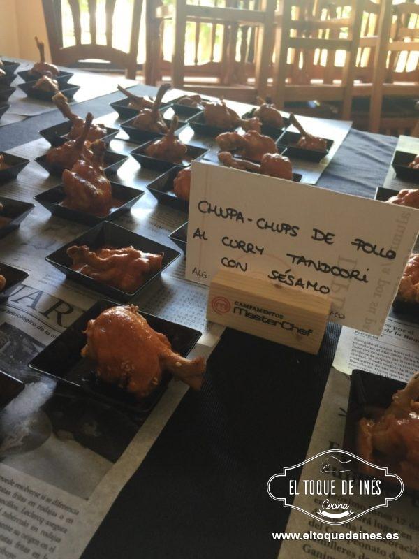Chupa-chups de pollo al curry con sésamo.