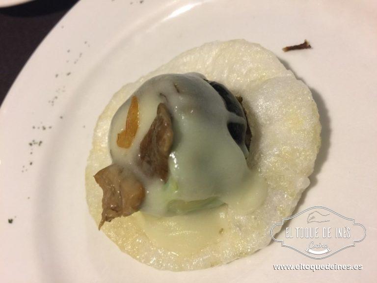 """Nuestra siguiente parada fue el Restaurante Marbin con su """" flor de temporada"""", sobre un pan de gambas estaba una alcachofa frita y en su interior un huevo de codorniz, cubierto por salsa pil pil, un trocito de boletus ediles y un ajo frito."""