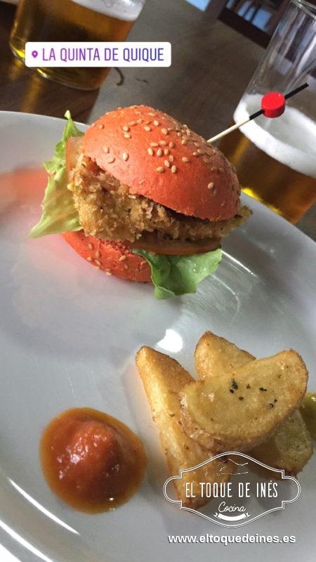 """4º pincho, Restaurante la Quinta de Quique, con su """"Burguer la quinta"""", minihamburguesa (el pan podía ser de tomate, curry o  de pollo crujiente acompañado de patatas gajo, mostaza y ketchup."""