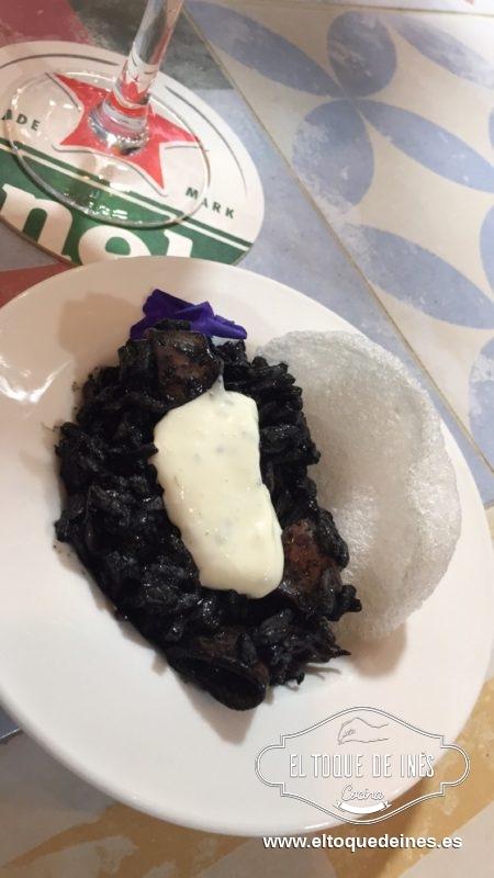 """8º pincho de la mañana Cafetería la Bocana, con """"Nuestro pincho"""", arroz con calamar en su tinta acompañado de pan de gambas y alioli."""