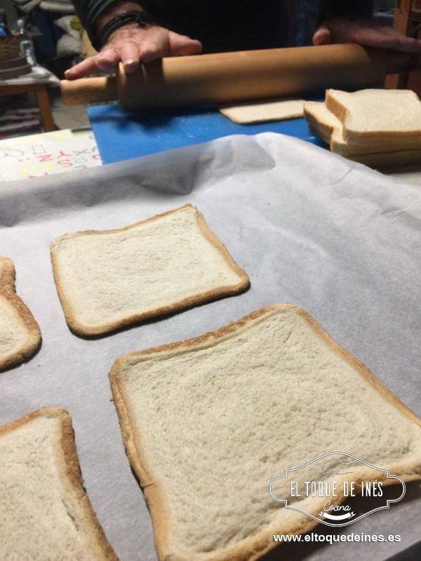 Con un rodillo aplastamos 4 de las rebanadas de pan de molde.