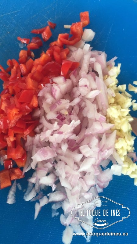 Picamos la cebolla, el ajo y el pimiento, bien picadito.