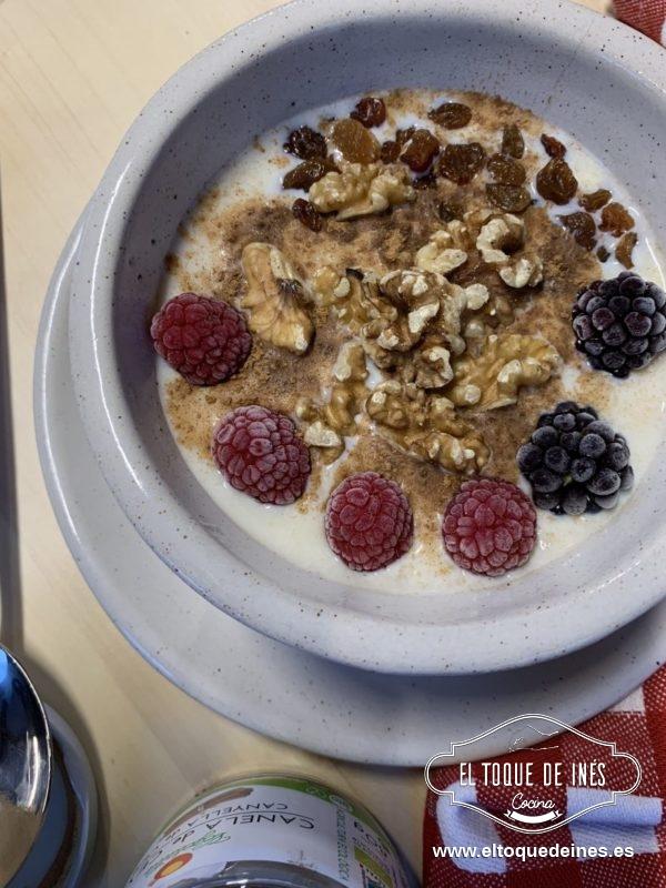 Echamos las gachas en un bol, endulzamos, echamos la canela y añadimos las frutas o frutos secos que hayamos elegidos.