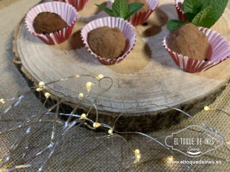Formamos bolitas y rebozamos con el cacao puro en polvo; reservamos en la nevera hasta servir.