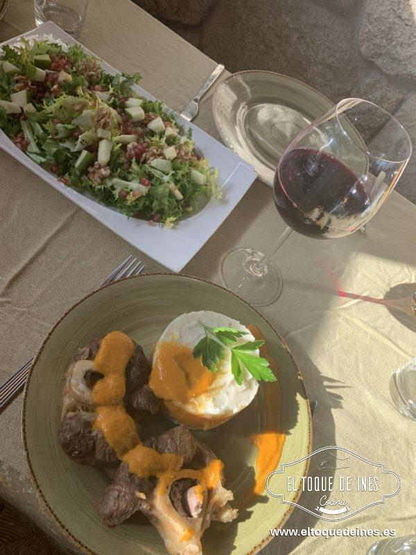 Emplatamos el puré acompañado de la carne y regado con un poco de saliste.
