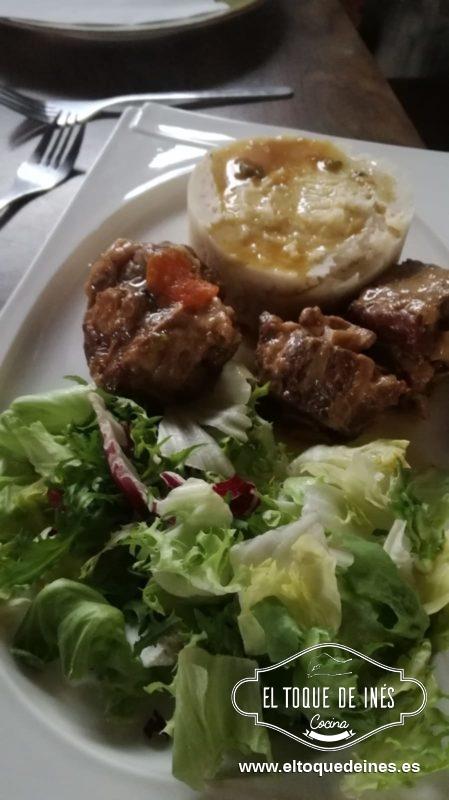 Como ya estará la carne lista la emplatamos, con un aro de metal colocamos el puré de patata y acompañamos de una fresca ensalada.