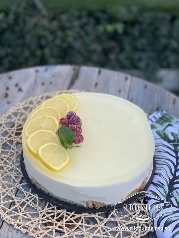 Pasado el tiempo solo queda decorar con las rodajas de limón, un par de frambuesas y una hojita de menta.