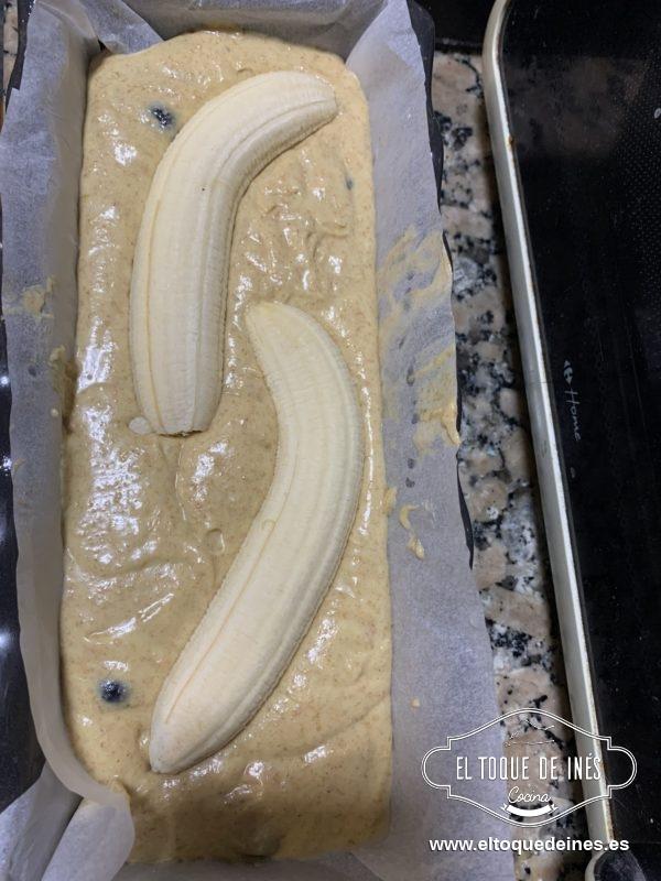 Cortamos el plátano que nos queda al medio y lo ponemos en la superficie de la mezcla.
