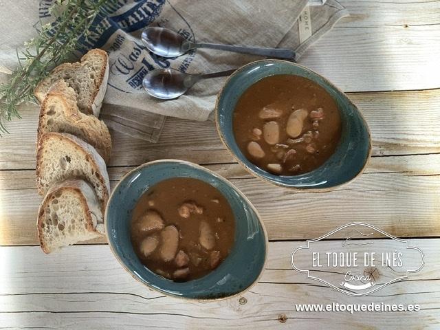 Ya solo queda echar las alubias, el agua, la sal y cocinar a fuego suave durante 3-4 horas hasta que las fabas están tiernas.