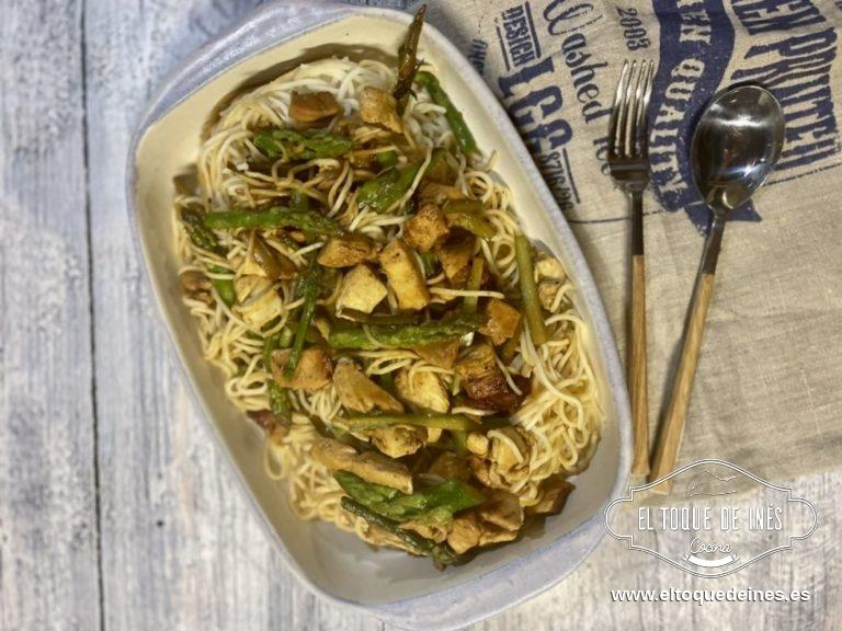 Incorporamos los noodles en la sartén y salteamos un minuto para que coja todos los sabores.