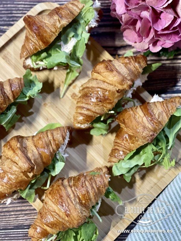 Si no os gusta la rúcula y os gustan los calabacines podéis hacer en la sartén unas cuantas rodajas finitas de calabacín , dorarlas un poco y meter en el croissants.